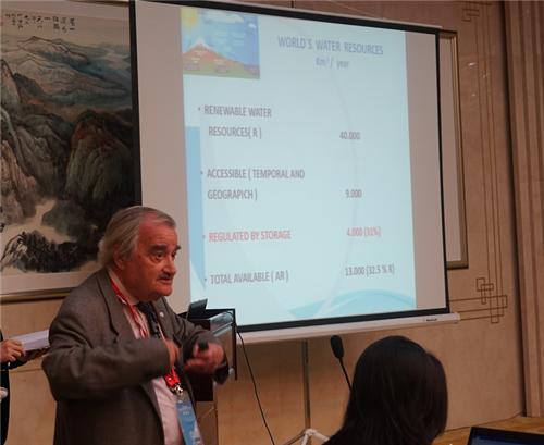 西班牙皇家工程院院士、国际大坝委员会荣誉主席BERGA在论坛上做题为《存储在全球水和能源变化中的作用》的主旨演讲。(宋明霞 摄)