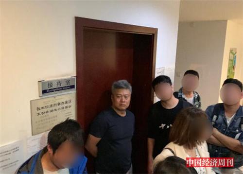 p57-林小森被维权者围住《中国经济周刊》记者 宋杰 I 摄