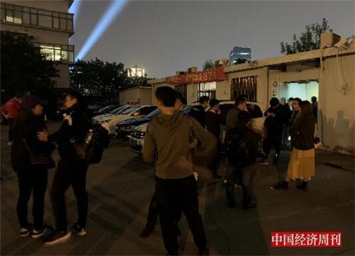 p56-1 10 月 17 日晚在上海市徐汇区经侦支队大院内等候结果的租户《中国经济周刊》记者 宋杰 I 摄