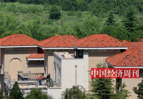 p19-2 9 月11 日,工人正在对别墅进行拆除作业。《中国经济周刊》记者 胡巍 摄