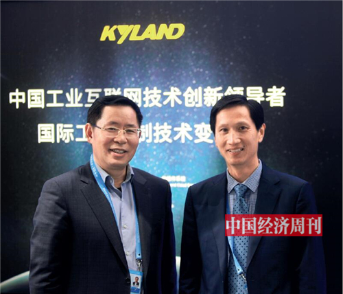 p26-2 东土科技董事长李平(右)与用友软件董事长王文京在第五届世界互联网大会上。《澳客彩票平台APP》记者 陈惟杉I 摄