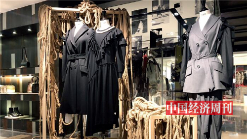p86-3 位于上海新天地购物中心的I.T 店是I.T 进驻内地的第一家实体店。 《中国经济周刊》记者 贾璇I 摄
