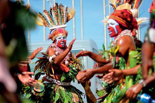 56-2 身着传统服饰的巴布亚新几内亚部落原住民在莫尔兹比港等待参加欢迎庆祝活动。