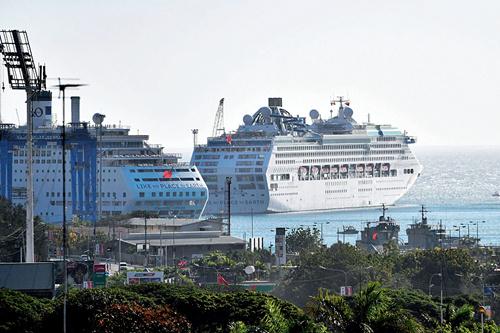 """57 与传统文化对比强烈的是当地的现代化生活。APEC 会议期间,"""" 太平洋明珠号""""(Pacific Jewels) 停靠在莫尔兹比港,接待与会代表和记者。(图片来源:新华社 视觉中国)"""