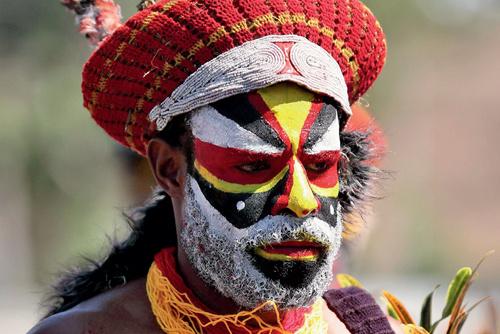 56-1 身着传统服饰的巴布亚新几内亚部落原住民。