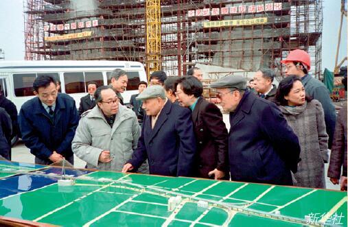 p23-1 1992年2月7日,邓小平(前中)、杨尚昆(前右)考察上海杨浦大桥浦东工地。新华社