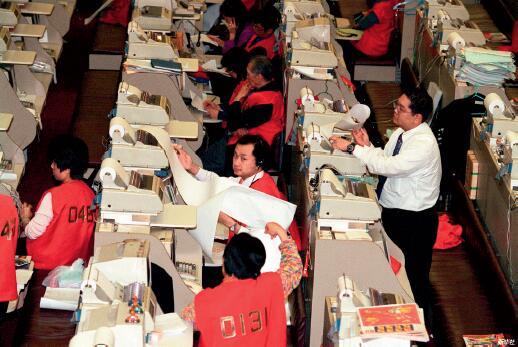 "p30 1998年8月28日,恒指期货合约结算日,香港特区政府投入巨额资金,与国际炒家展开将近一年的""金融保卫战"",终在当天收盘钟声响起那一刻,宣告获胜。 新华社"