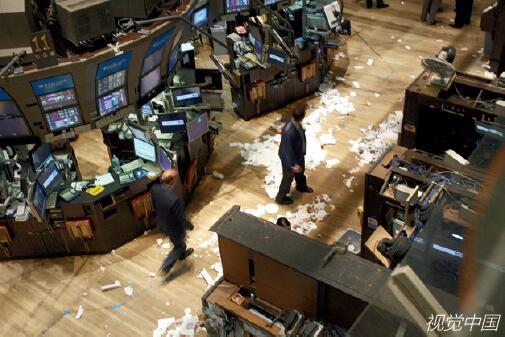 p35 2008年9月29日,纽约股市出现暴跌,道琼斯指数历史性地狂跌777.68点,标准普尔和纳斯达克的跌幅则分别创下1987年和2000年以来的最大单日跌幅。视觉中国