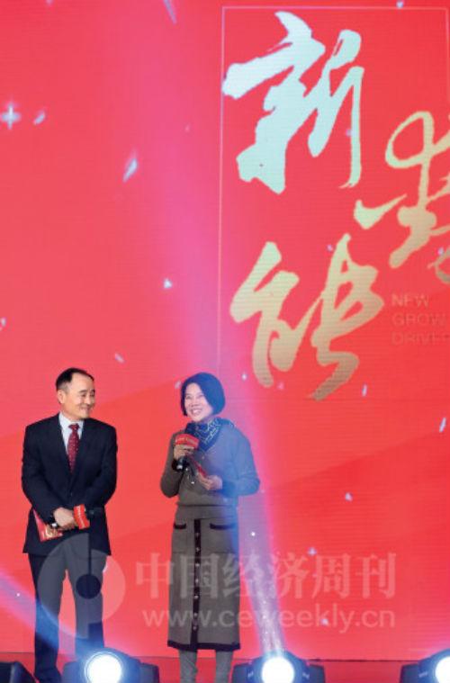 作为《中国经济周刊》的老朋友,董明珠曾三次受邀与《中国经济周刊》杂志社社长兼总编辑季晓磊共同主持中国经济论坛。
