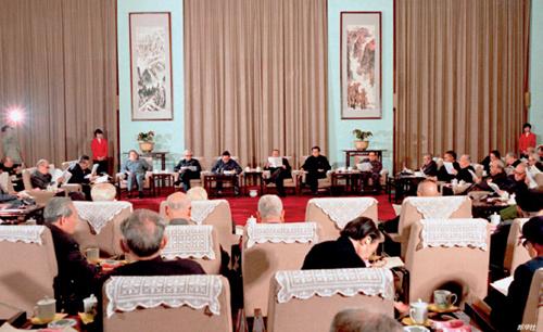 34-2 1985 年3 月30 日,中共中央邀请各民主党派、全国工商联负责人和无党派民主人士等在北京人民大会堂举行座谈会,就价格改革、工资制度和教育制度改革方案征求大家的意见。