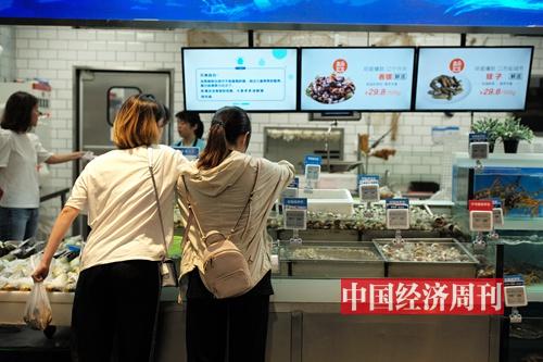 35-2 2018 年夏,在盒马鲜生购买海鲜的市民 《中国经济周刊》首席摄影记者 肖翊 摄