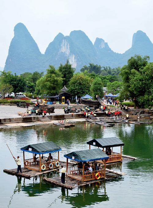 """50-1 绿水青山就是金山银山。2017 年,桂林接待人数首次突破8000 万人次,实现旅游总消费971.76 亿元。旅游已成为桂林经济社会发展的强力""""催化剂""""。"""