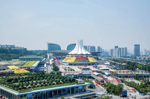 51-1 2004 年,第一届中国—东盟博览会在广西南宁举行并永久落户南宁国际会展中心。2010 年1 月1 日,世界最大的自由贸易区——中国与东盟自由贸易区在这里揭幕。15 年来,中国与东盟贸易额从552 亿美元跃升至2017 年的5148亿美元。