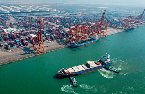 49-2 两艘海事船助推一艘海轮停靠钦州保税港区码头,中国西南崛起亿吨大港。