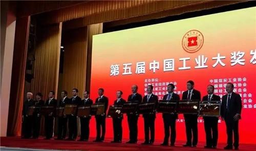 中国建材蚌埠玻璃工业设计研究院院长彭寿在人民大会堂领奖。