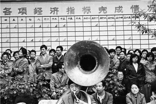 p38-1987 年,陕西宝鸡县,国营企业职工庆贺超额完成经济指标。(fotoe)