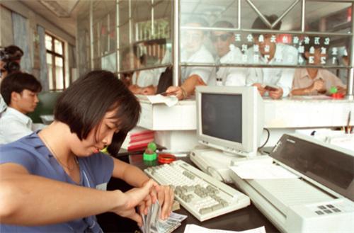 p91-1993 年5 月,建设银行广西北海市四川路储蓄所为适应市场需求和客户需要,开设了全自治区首家24 小时营业服务项目。