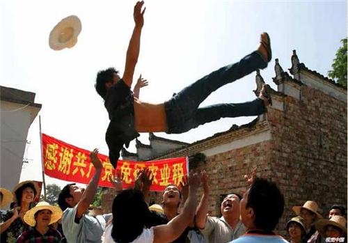 p136-2006 年5 月27 日,江西上高县农民对免除几千年农业税的喜悦之情。