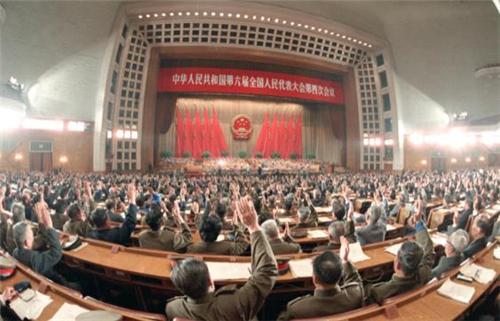 p141-1986 年4 月12 日,六届人大四次会议在北京人民大会堂闭幕。图为代表们举手通过《中华人民共和国民法通则》。(新华社)
