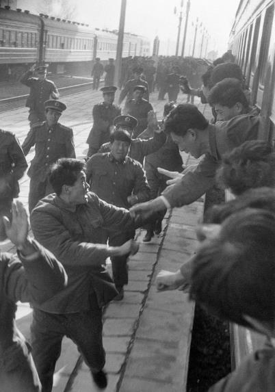 p177-1985 年,百万大裁军,战友离别。(视觉中国)