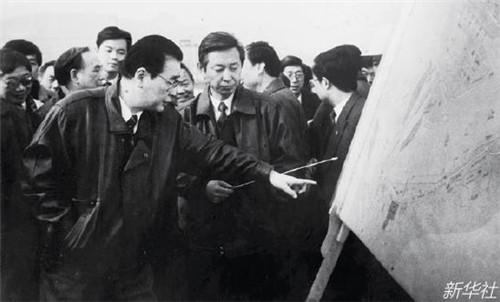 p106-1 1993 年12 月20 日,李鹏总理(前左)考察三峡工程施工准备情况。