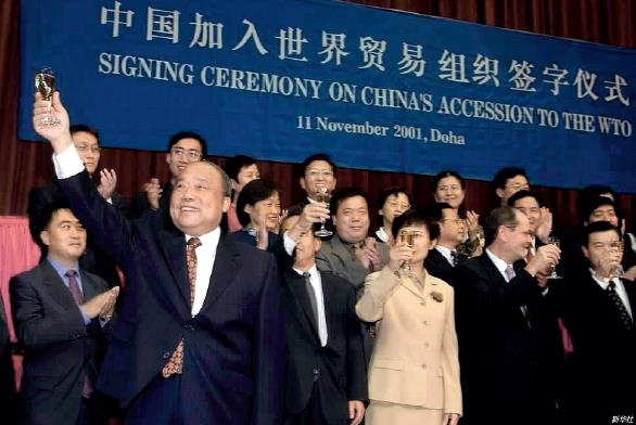 p127-2001 年11 月11 日,时任中国外经贸部部长石广生在中国加入WTO 议定书签字仪式上举杯庆贺。 当年12 月11 日起,中国成为WTO 的第143 个正式成员。
