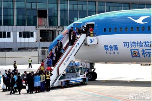 """p159-2018 年3 月21 日, 厦航MF8116航班飞抵福州。这架飞机是全球唯一的联合国特殊涂装飞机,被命名为""""联合梦想号""""。厦航积极践行""""构建人类命运共同体""""的""""中国方案"""",于2017 年2 月15日与联合国在纽约签署协议,成为全球首家与联合国开展可持续发展目标合作的航空公司。这架飞机的机身主体使用蓝色覆盖,象征着美好、希望以及无限的未来。"""