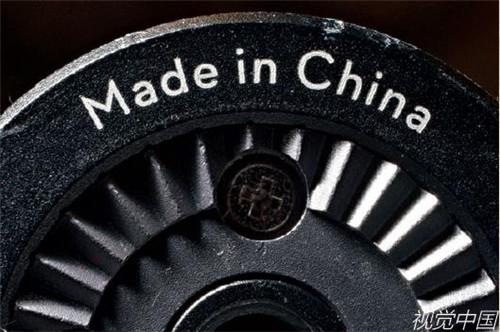 """p194-当地时间2018 年4 月10 日,美国伊利诺伊州蒂斯基尔瓦,商品上的""""中国制造""""标签。"""