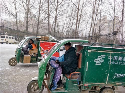 1月8日,河南省太康县下起了2019年第一场雪,雪花飞舞,寒风刺骨,但再大的风雪阻挡了不了投递员前行的脚步,太康县邮政分公司两位投递员轩愿辉和姜会杰准备完毕,整装待发