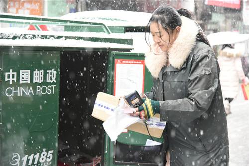 河南邮递员雪中前行 忠诚履行邮政投递普遍服务义务
