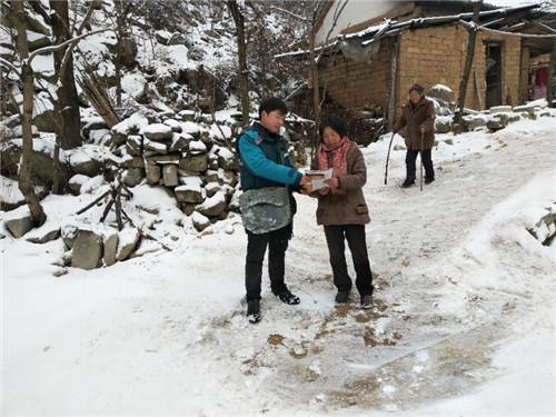 西峡邮政分公司冒着大雪,第一时间将快递送到村民手中。