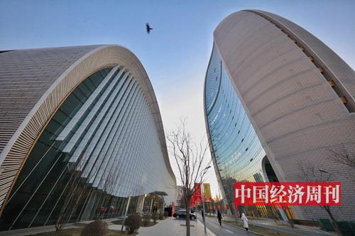 "p125 冬日暖阳,京城CBD,闹中取静的报社大院。 460 多位政商学界人士欢聚一堂,共议""新工业革命与高质量发展""。"