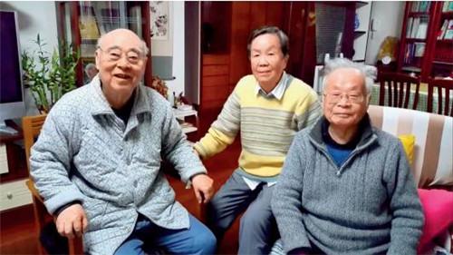 p50-于敏(左),中国科学院院士、核理论物理学家张宗烨(中),何祚庥。 图片来源 I 视频截图