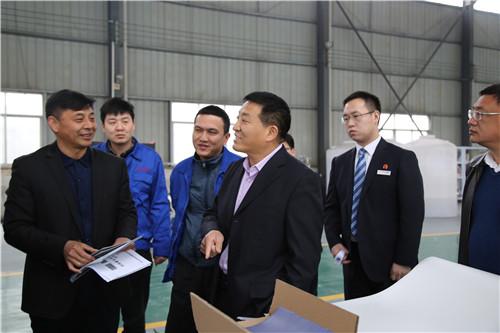 伊川农商银行党委书记、董事长康凤利(前排右一)到企业调研
