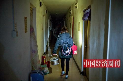 100 2017 年11 月30 日,北京某群租公寓内准备搬离的年轻人。《澳客彩票平台APP》首席摄影记者 肖翊 摄