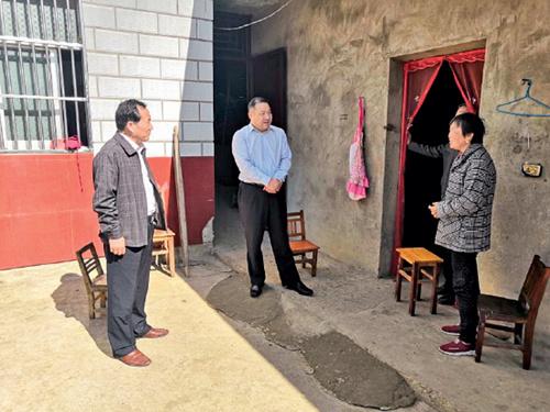 105-1 六安市裕安区委书记陈社教(中)到贫困户家中走访调研,为其脱贫致富支招。