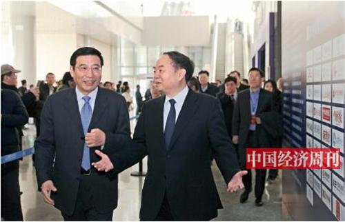 p17 工信部部长苗圩(左)、中国工程院院士周济在 2019 工业互联网峰会现场交流。《中国经济周刊》首席摄影记者 肖翊 摄
