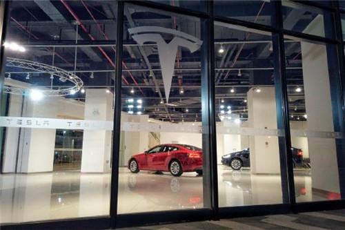 p63-2019 年3 月20 日,福州,东二环泰禾城市广场里的特斯拉新能源电动汽车门店。视觉中国