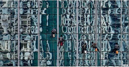 p16 工人在北京的金融街清洁大楼的玻璃墙 视觉中国