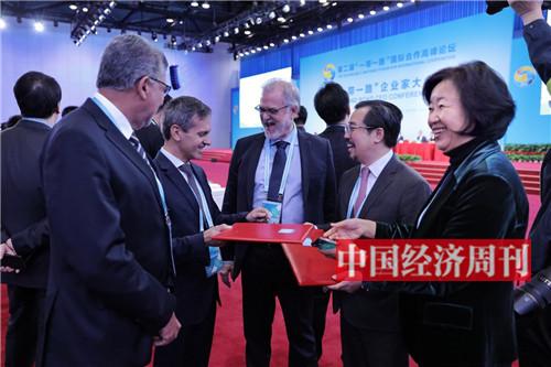 """""""一带一路""""企业家大会上举办了多场合作项目签约仪式3"""