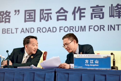 33 中宣部副部长蒋建国(左)与人民日报社副总编辑方江山在会上交流