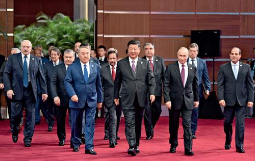 """15 4 月26 日,国家主席习近平在北京出席第二届""""一带一路""""国际合作高峰论坛开幕式,并发表题为《齐心开创共建""""一带一路""""美好未来》的主旨演讲。这是习近平和出席开幕式的外方领导人共同步入会场。 新华社"""