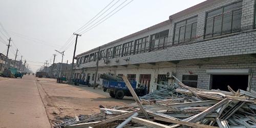 48 受爆炸影响的村庄,房屋损坏的窗户正在重新安装。供图 当地村民