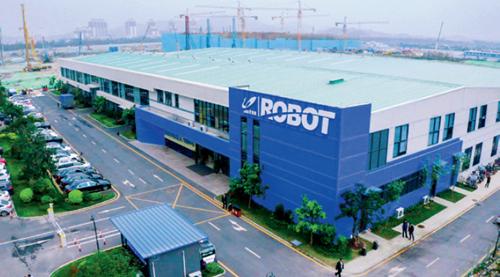 """87-3 继去年成立广东博智林机器人有限公司后,碧桂园称将在长沙投入500 亿元继续做大机器人产业。""""我也曾经在工地做过建筑工人,重复的高强度劳动应该得到改善。我们要迎接'机器人建房子'的时代到来。""""碧桂园董事会主席杨国强的这番话似乎在显示他对机器人产业的强大信心。图片来源I 受访者提供"""