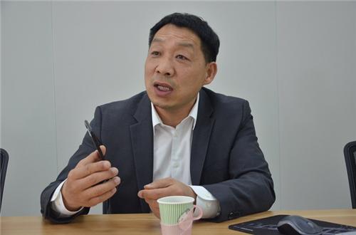 1、卓因达董事长刘宝君介绍生产工艺 陈瑜 摄