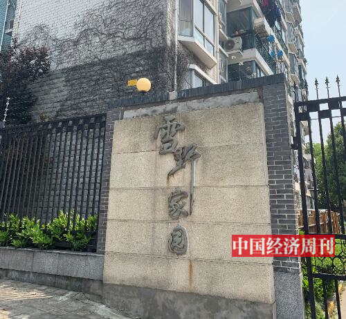 p35-在雪野家園的別墅區,《中國經濟周刊》記者看到,部分別墅的外墻欄桿已經生銹,窗戶也有一層厚厚的灰塵,別墅內部還是毛坯狀態,有的已成為垃圾堆放點。《中國經濟周刊》記者 宋杰 攝