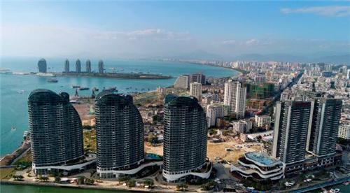 p96-三亞鳳凰島上的高級產權式酒店曾賣出15萬元每平方米的天價。視覺中國