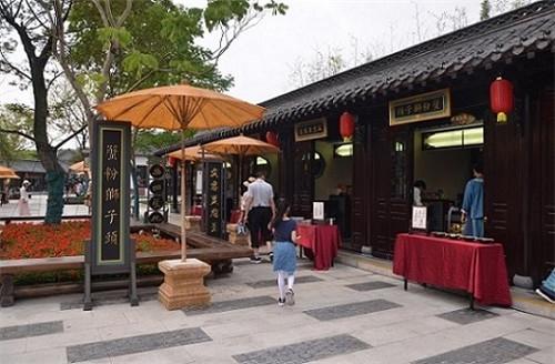 2、美食街的美食展示 陈瑜 摄