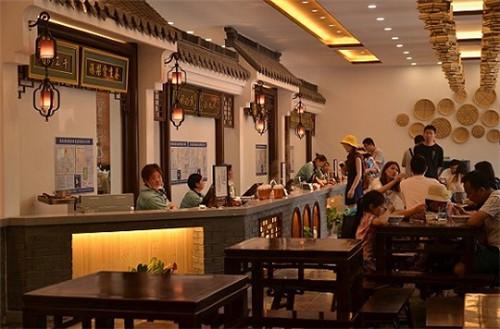 3、游客在美食街的中心排档享受美食 陈瑜 摄
