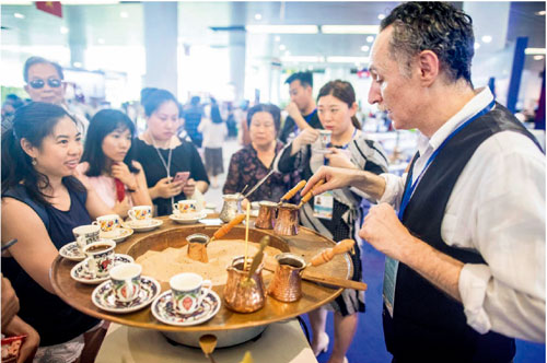 p60-1  土耳其展位前現場制作咖啡吸引眾多市民圍觀和品嘗。廣州日報全媒體圖片記者莊小龍I 攝